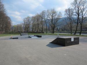 Bank ramp i funbox w skateparku w Krościenku