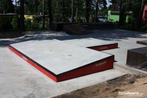 Betonowe boxy na skateparku
