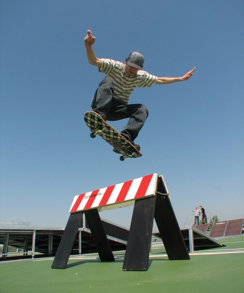 Maciej Heczko na mobilnym skateparku