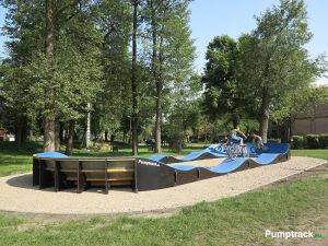 Rzut z boku na pumptrack w Witnicy