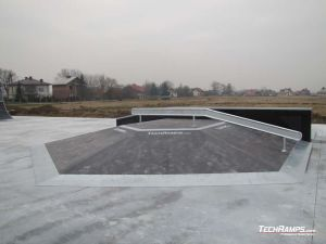 Skatepark Białobrzegi koło Łańcuta Funbox z poręczą