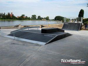 Skatepark Stryków Funbox z poręczą i grindboxem