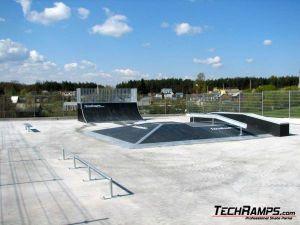 Skatepark w Poniatowej z nawierzchnia betonowa