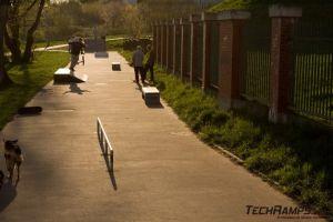 skatepark z betonowymi boxami