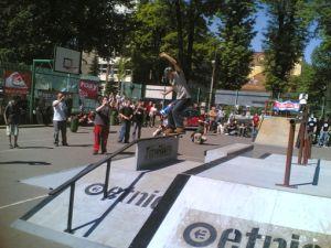 Unimil skateboarding